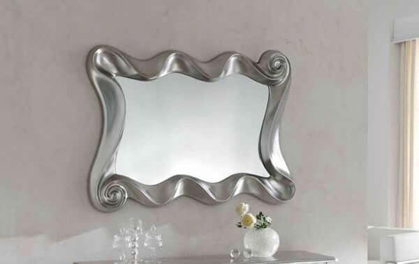 adems el lacado en color plata del espejo confiere al espacio un ambiente de poca muy cuidado y combina a la perfeccin con colores tenues en la