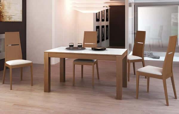 Mesa de comedor con patas de madera y tapa de cristal